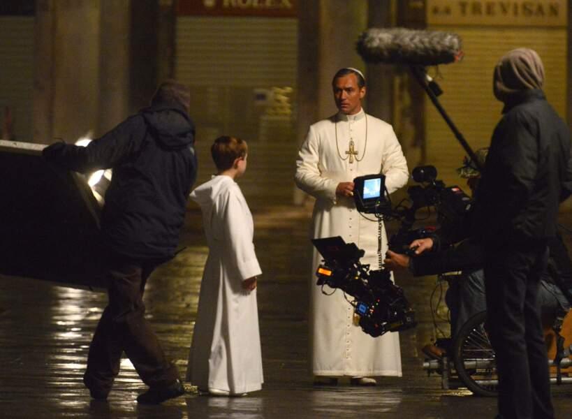 Jamais Pape n'aura été aussi séduisant ! Même en soutane, Jude Law est sooo sexy