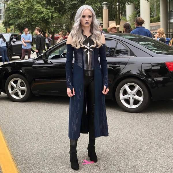 """Danielle panabaker, Caitlin dans Flash, est fin prête. Elle attend que le réalisateur dise : """"Action"""""""