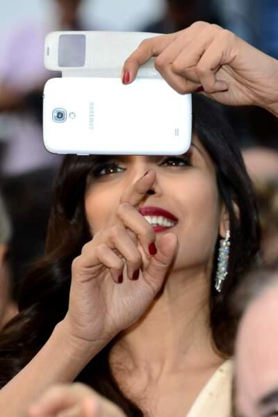 Freida Pinto se concentre pour prendre sa photo