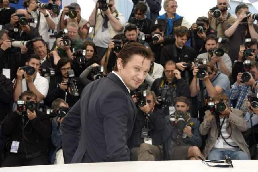 Jeremy Renner devant les photographes