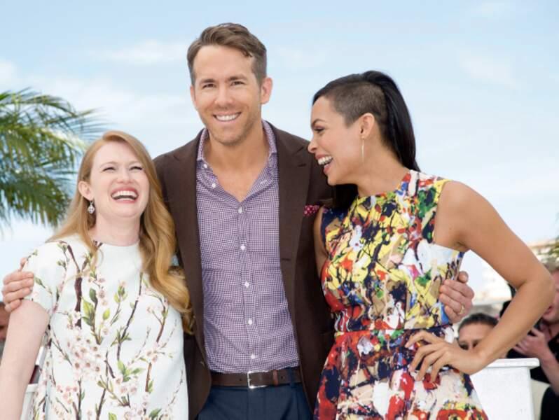 Ryan Reynolds impassible à côté des filles qui essayent de le déconcentrer
