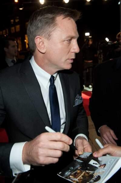 Daniel Craig signe des autographes