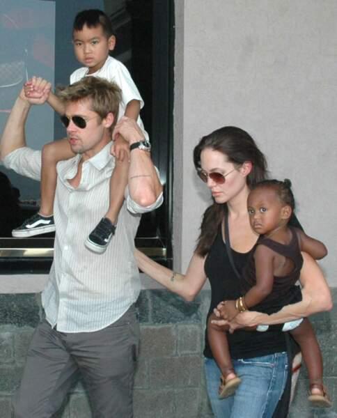 La même année, avec leurs enfants Maddox et Zahara.