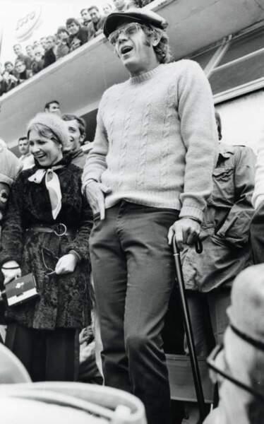 Steve McQueen dans le paddock en 1970