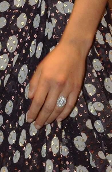 Scarlett Johansson exhibe sa bague de fiançailles toute fraîche