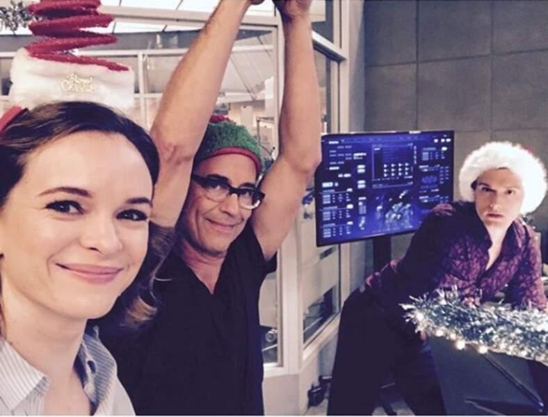 Bonnet rouge et blanc et guirlandes de Noël : l'ambiance est festive sur le tournage de Flash