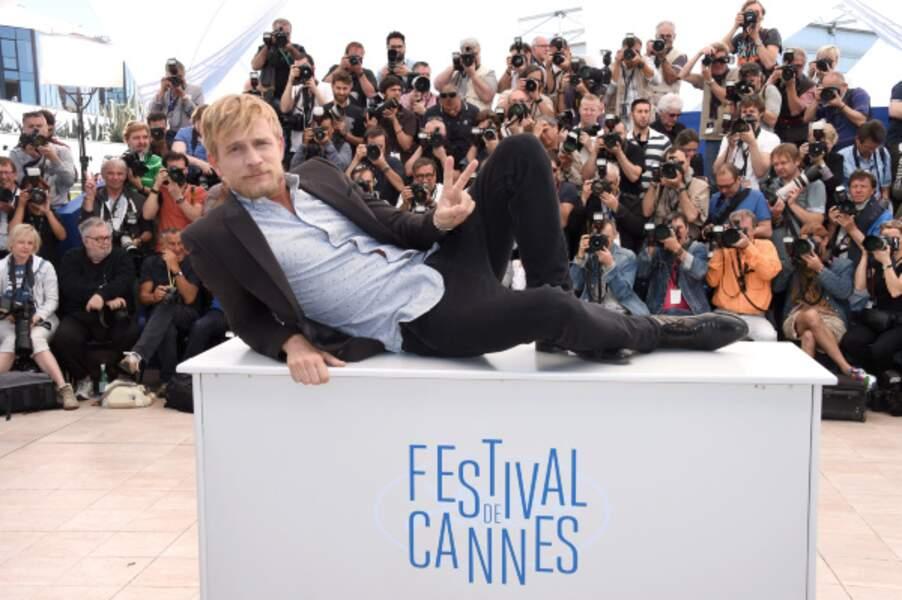 Jeremie Renier pose façon Yves Saint Laurent