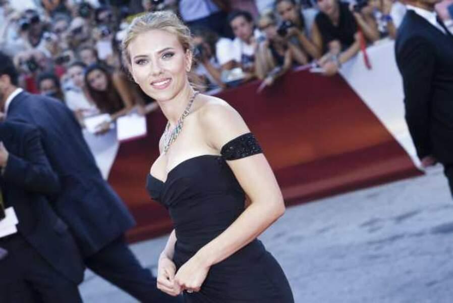Scarlett Johansson avec la bague au doigt