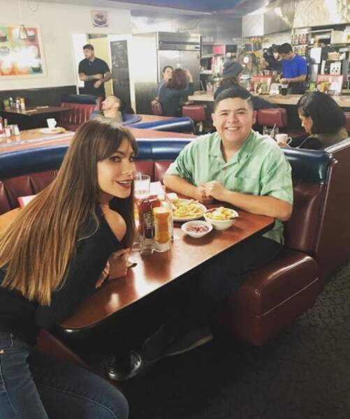 Sofia Vergara et Rico Rodriguez prennent la pose pendant le tournage de Modern Family