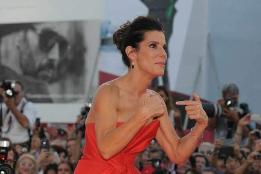 Sandra Bullock se montre du doigt...