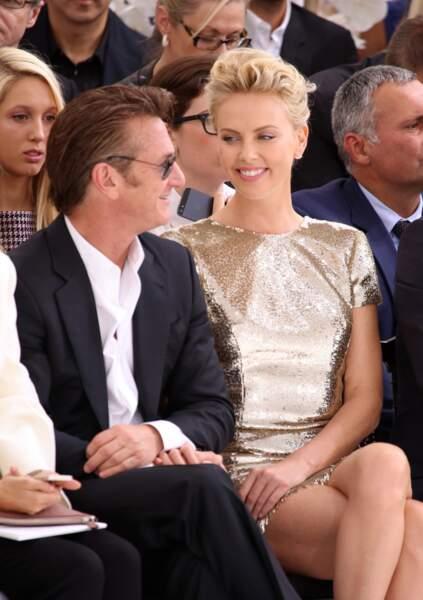 Sean Penn et Charlize Theron, amoureux et complices au défilé Dior