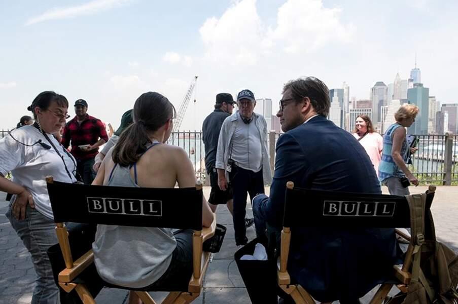 Sur le tournage de Bull, Michael Weatherly attend.Il attend certes en charmante compagnie avec Trieste Kelly Dunn…