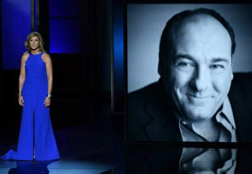 Edie Falco rend hommage à James Gandolfini, son mari dans Les Soprano