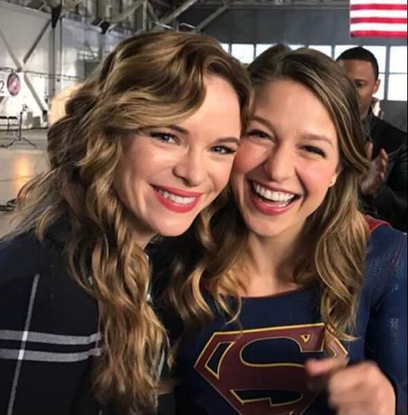 Les filles de Supergirl et Flash tout sourire !