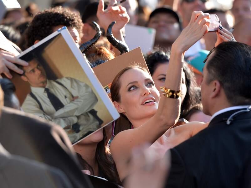 Angelina Jolie a sacrifié à la mode du selfie !