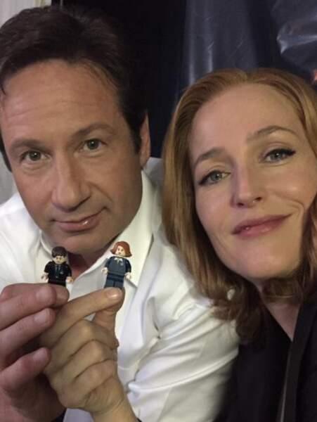 Sur le tournage de X-Files, Gillian Anderson et David Duchovny s'ennuient. Donc ils jouent aux Lego