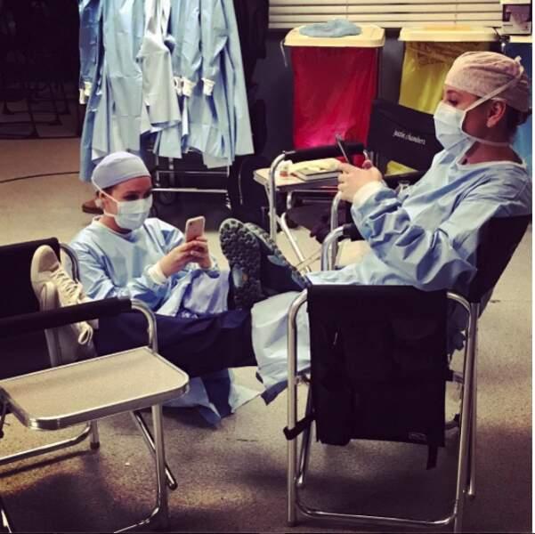 Sur le set de Grey's Anatomy qui va à la chasse perd sa place. N'est-ce pas Jessica Capshaw et Camilla Luddington ?