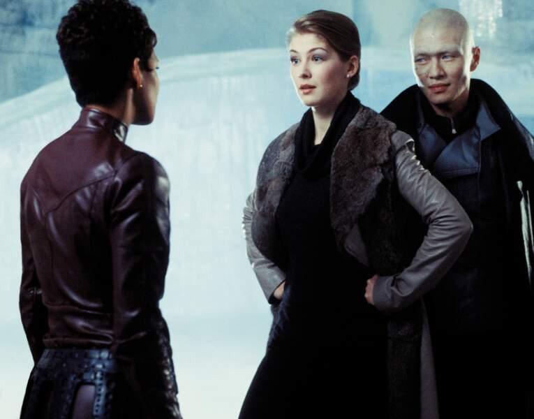En James Bond girl perfide, face à Halle Berry, dans Meurs un autre jour (2002), son premier long métrage à 21 ans.