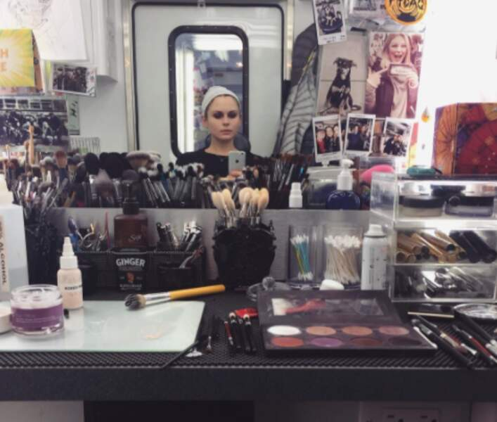 Rose McIver passe par la case maquillage avant d'interpréter la zombie médecin légiste, l'héroïne de la série