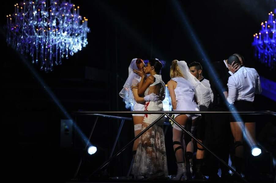 Shy'm embrasse sa danseuse