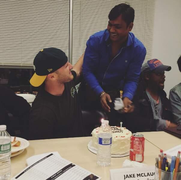 L'acteur Jake McLaughlin a eu droit à une surprise au travail pour son anniversaire