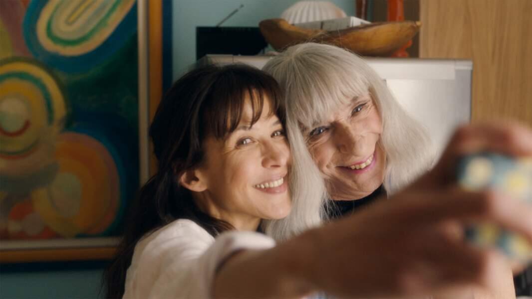 Avec Mme Mills, une voisine si parfaite (2018), elle signe son retour derrière (et devant) la caméra