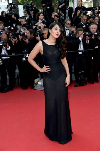Robe noire transparente pour l'égérie L'Oréal Leïla Bekhti