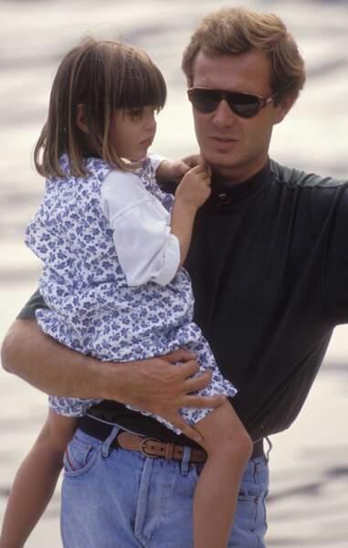 Charlotte aux bras de son père à l'âge de 4 ans en 1990
