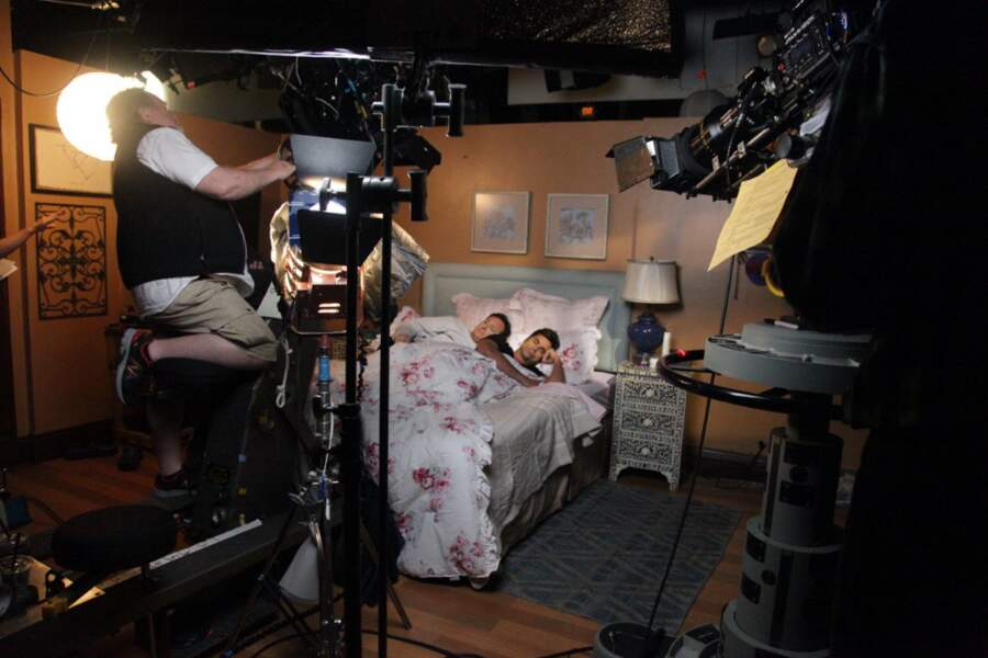Bob Saget et John Stamos dans le même lit ! Mais qu'ont encore imaginé les scénaristes de The Fuller House ?