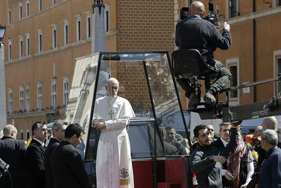 Fonction oblige, John Malkovich est sous haute protection dans sa papamobile à Rome.