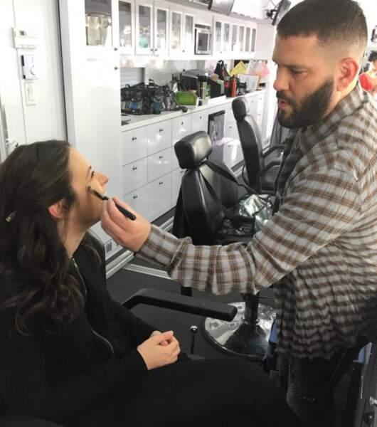 Même pas peur ! Au maquillage, la mise en beauté de Quinn (Katie Lowes), c'est…Huck (Guillermo Diaz) qui gère.