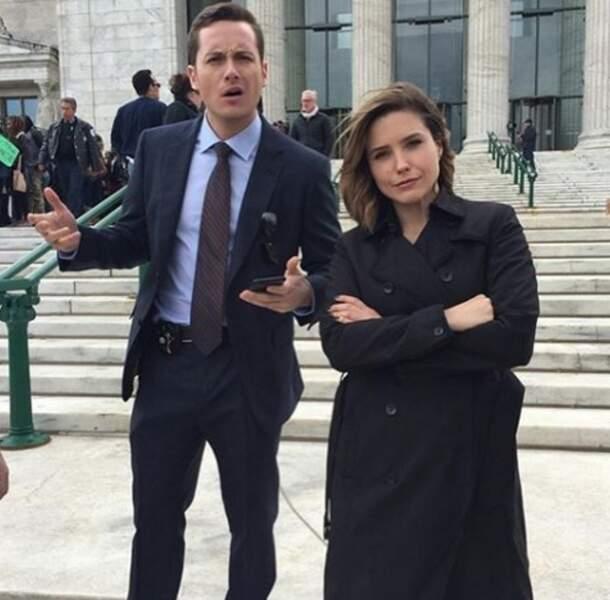 Pour patienter entre les scènes, les détectives Halstead et Lindsay, de Chicago PD, prennent la pause.