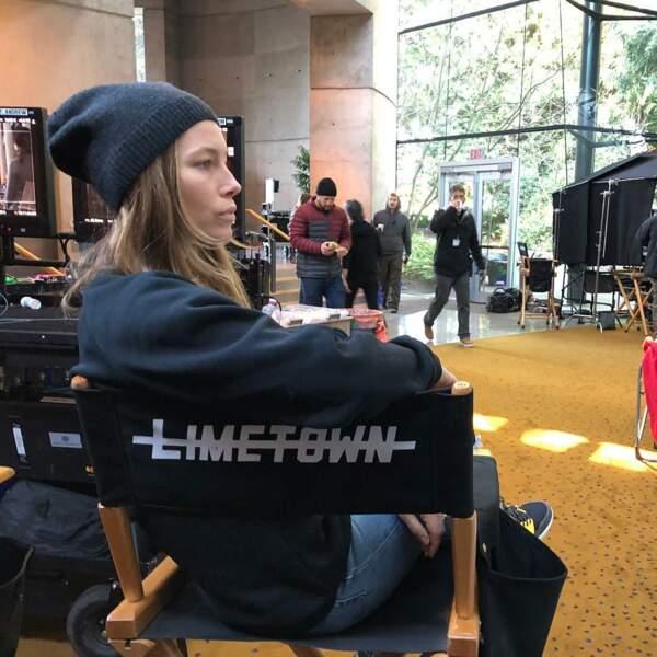 Jessica Biel sur le plateau de Limetown, la série Facebook avec Stanley Tucci
