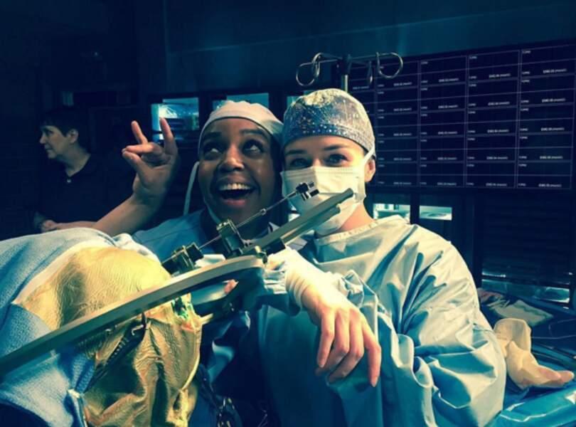 Belle ambiance au bloc de Grey's Anatomy entre Shepherd (Caterina Scorsone) et Edwards (Jerrika Hinton).