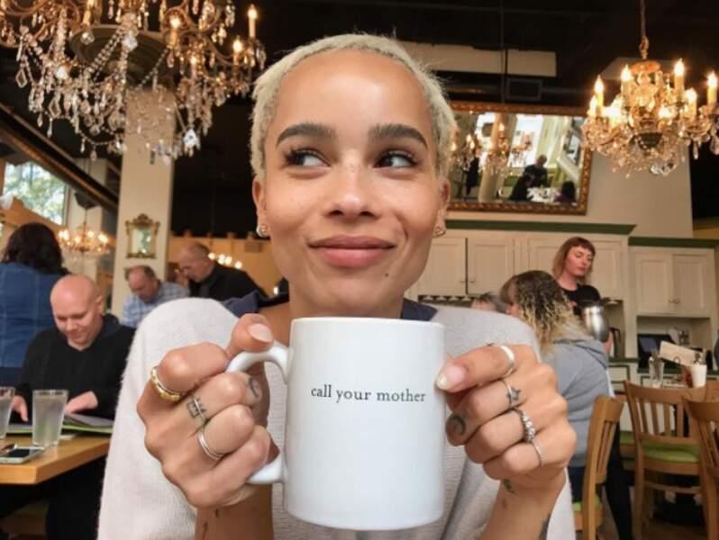 Elle aime aussi se réchauffer avec de bonnes tasses de thé