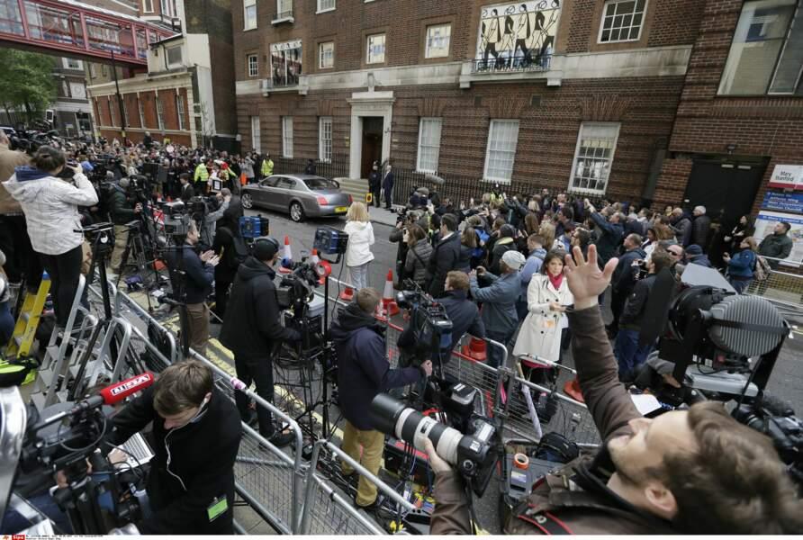 Les journalistes et badauds réunis devant la maternité ont appris la naissance par un crieur royal