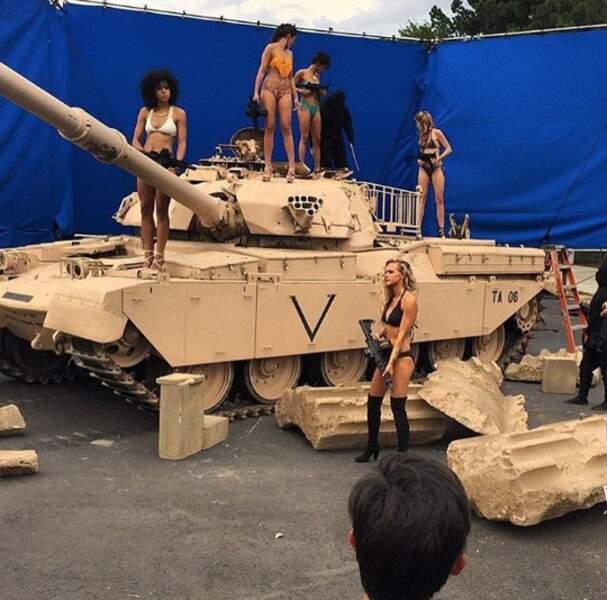 Jolies filles, tank et armes... Vous êtes sur le tournage du reboot de MacGyver !