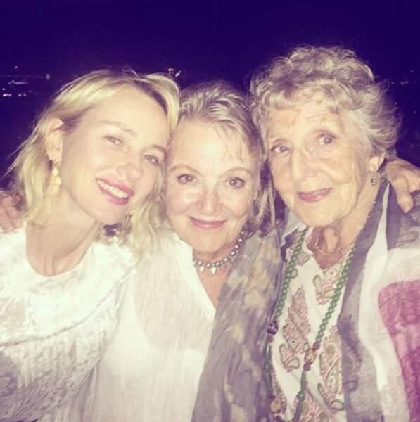 La voilà avec sa maman et sa grand-mère. Quelle ressemblance !