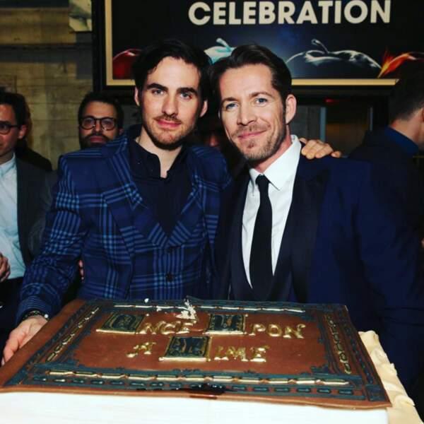 Comme ses partenaires, Colin O'Donoghue et Sean Maguire, fiers devant le gâteau.