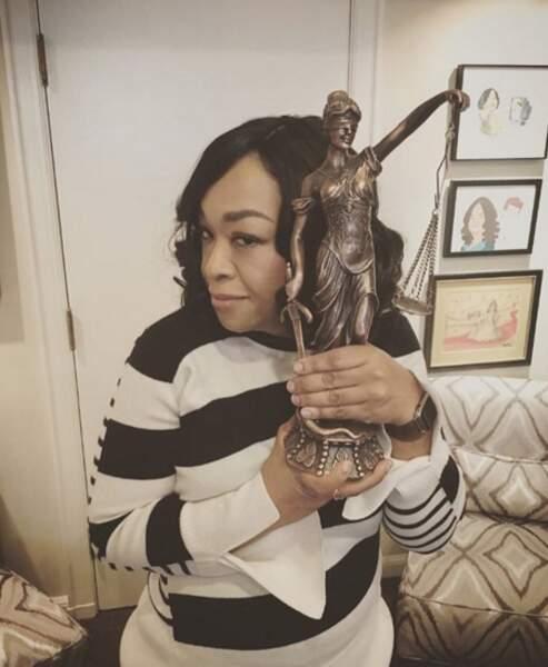 Shonda Rhimes avec le trophée emblématique de la série Murder.
