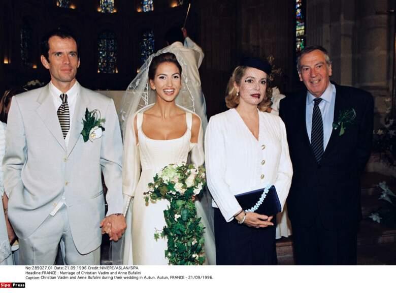 En 1996, les anciens amants assistent au mariage de leur fils