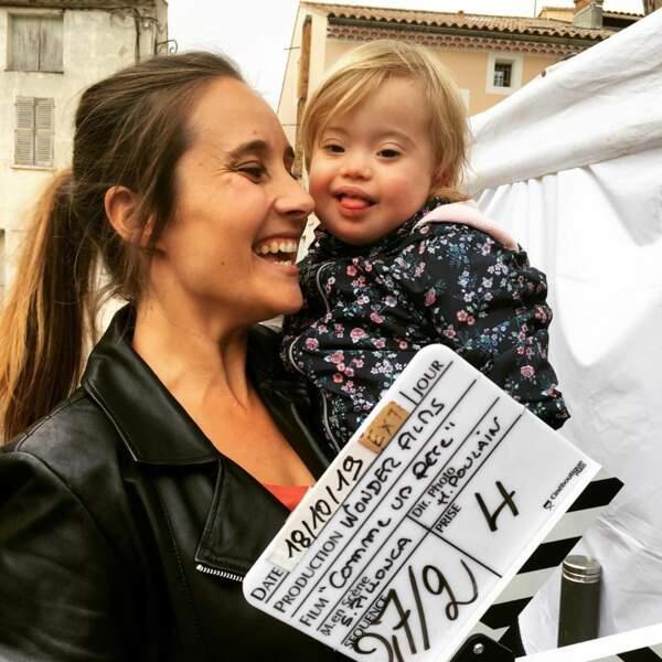 Julie de Bona tourne avec une adorable petite fille dans Comme un père