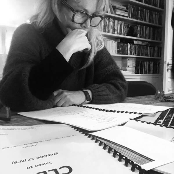 De son côté, Carole Richert ne relâche rien et se montre studieuse sur le plateau