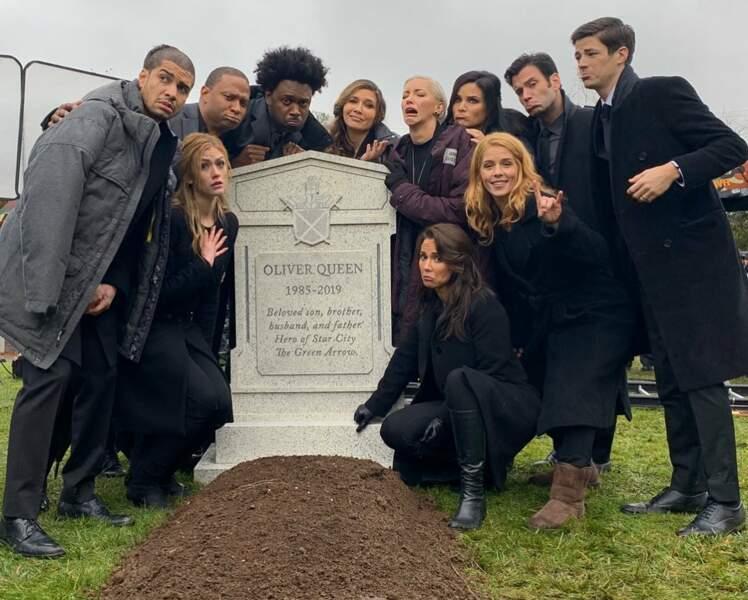 Maintenant que le dernier épisode d'Arrow a été diffusé, les acteurs dévoilent enfin une photo coulisses. Et visiblement, la mort d'Oliver Queen ne les a pas traumatisés !