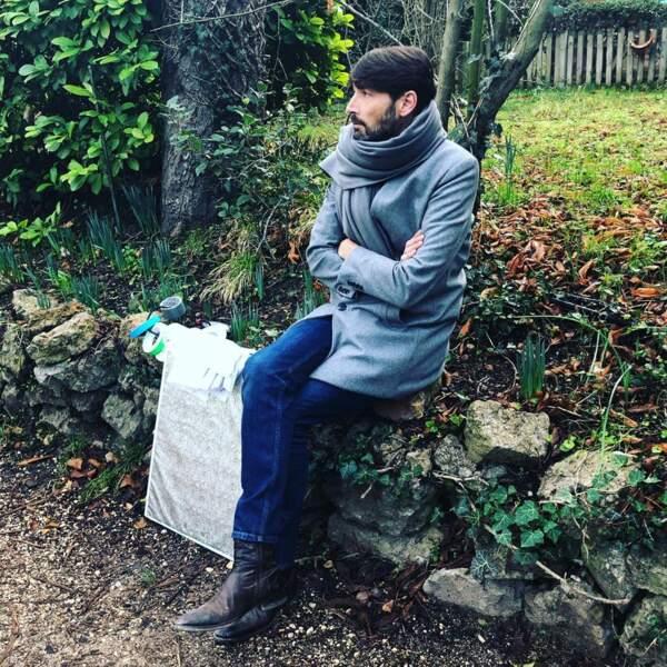 Comment se concentrer avant une scène importante ? Laurent Kérusoré a trouvé la solution : il faut s'asseoir sur un muret !