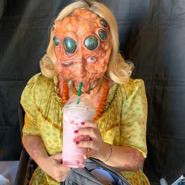 Lucy Davis est contente : son (affreux) masque de monstre lui permet quand même de boire son milkshake, ouf !