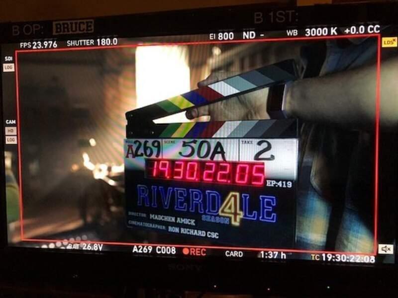 Ça tourne pour la saison 4 de Riverdale et l'actrice Mädchen Amick (Alice Cooper) est aux manettes derrière la caméra !