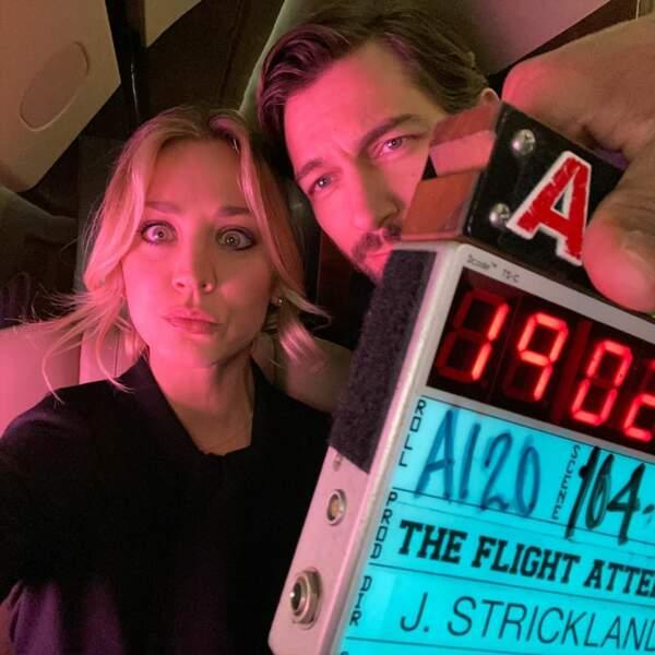 Nous aussi on aimerait bien prendre l'avion avec Kaley Cuoco et Michiel Huisman dans The Flight Attendant