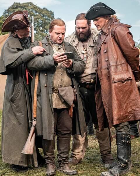Les acteurs d'Outlander changent d'époque pour la série mais en gardant leur téléphone !